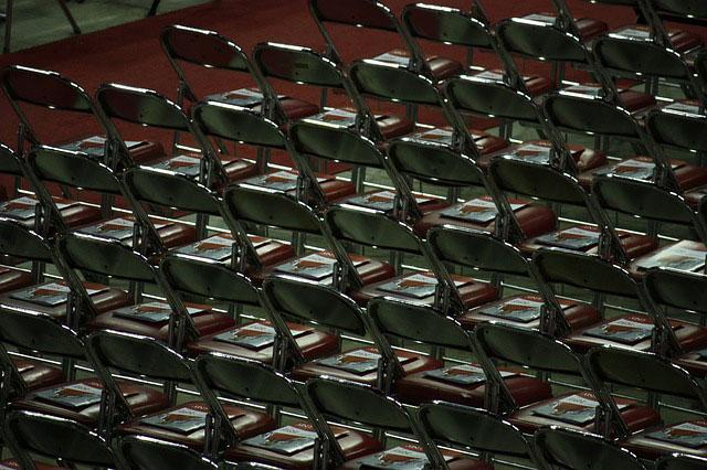 Na co zwrócić uwagę wybierając krzesła składane?