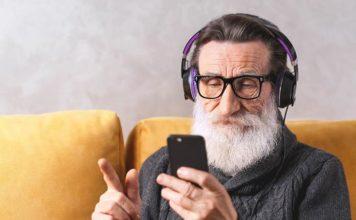 Telefon komórkowy czy smartfon – co wybrać dla seniora?